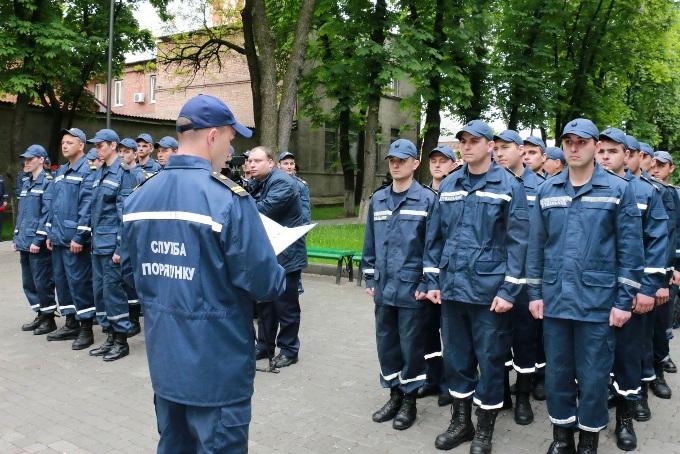 Выпускники учебного пункта аварийно-спасательного отряда принимают присягу